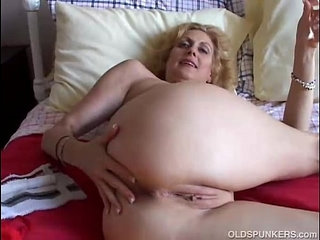 Cougar fucks her pussy and ass   asscougarpussy